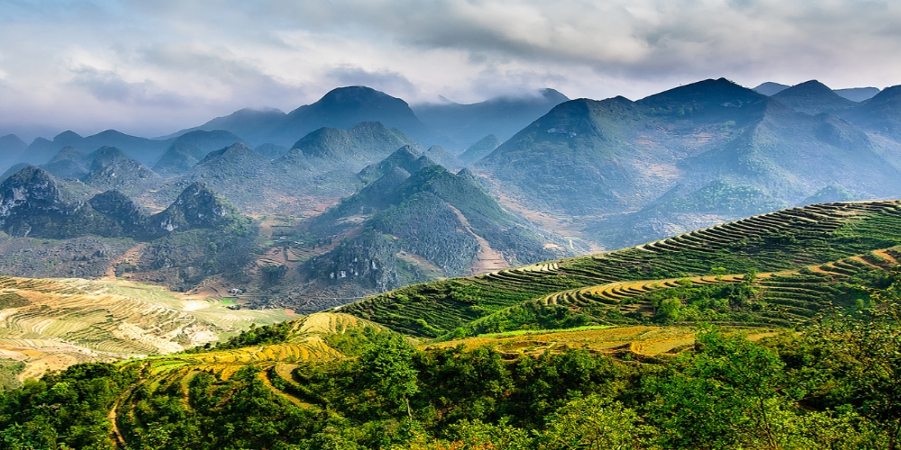 With its earth heritage and unique culture of ethnic minority groups, the Dong Van Karst Plateau in Ha Giang province is one of the most spectacular destinations in Vietnam. Located deep inside the Plateau, Meo Vac district is almost untouched and favored by adventurists.