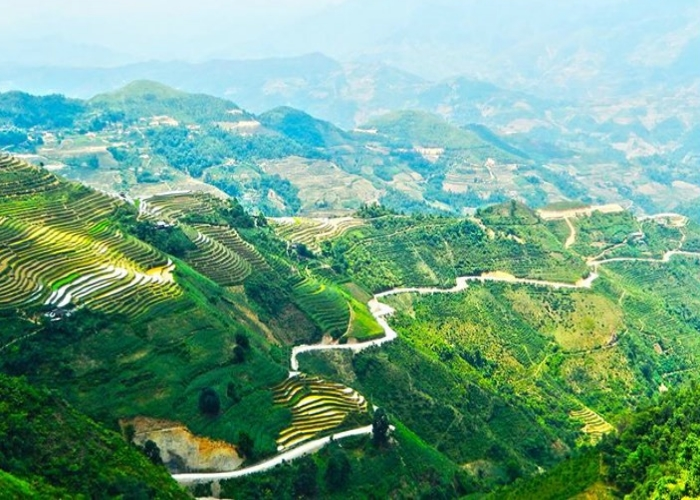 The winding road of Ma Phi Leng Pass.