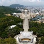 """Ba Ria-Vung Tau – The southern province of Ba Ria-Vung Tau plans to host the Sea Festival 2018 from August 28 to September 3, with a focus on connecting coastal provinces and cities across Vietnam. Vice Chairman of the provincial People's Committee Nguyen Thanh Long said at a meeting on July 6 that the main sites of the festival will be in the vicinity of Thuy Van street and the San Ho Xanh tourist area in Vung Tau city. He noted that the sea festival will feature a series of economic, cultural, and social activities aiming to develop high-quality tourism in the province. It will also serve as a chance for agencies and businesses from Ba Ria-Vung Tau and 27 other coastal localities nationwide with marine economy and tourism-related activities to promote tourism products. Some of the outstanding events include an international kite flying programme, a street carnival, """"ao dai"""" (traditional Vietnamese dress) and international fashion shows, a beer festival, a workshop on environmental tourism development, and calligraphy performances. Ba Ria-Vung Tau, home to a 305km-long coastline, is one of the leading tourism hubs in Vietnam. Meanwhile, Vung Tau city, lying on a peninsula of the same name, is the tourist and commercial centre of the province. A number of beautiful beaches such as Ho Coc, Bai Sau, Dam Trau, and Bai Dua have become magnets for visitors in the Ba Ria-Vung Tau province, which also accommodates many tourist sites and high-end resorts."""