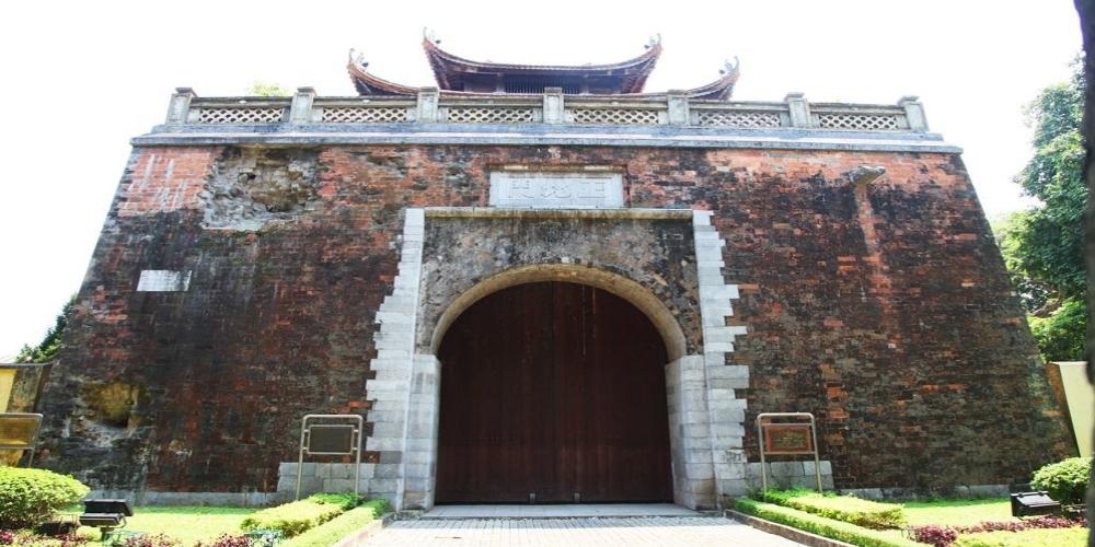 Бакмон является единственными оставшимися воротами Ханойской цитадели, а также свидетельством ожесточенных боев, в которых приняли участие героические бойцы и жители Ханоя в первые дни войны сопротивления против французских захватчиков. На тенистой улице Фандиньфунг, где высажены многие деревья, стоят величественные, монументальные Северные ворота (Северная цитадель) Бакмон – одна из немногих оставшихся частей Ханойской цитадели. На воротах остались следы от снарядов французской пушки, что напоминает о суровом времени ожесточенной войны.