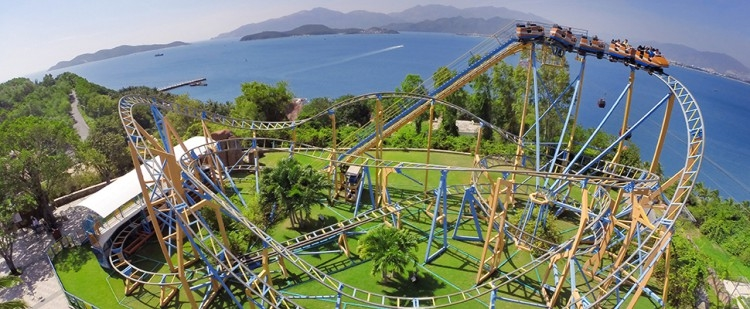 Right after arriving on the island, you will see Dolphin Square with fantastic amusement rides that promise to bring you the thrilling experience and to challenge your thirst for adventures, such as the Evolution Ride with nonstop 360-degree rotations, Swing Carousel with windswept spins. The Mine Adventure features the first roller-coaster running through the mine in Vietnam, with the low-to-high spirals and speedy slides, will bring you ultimate feelings while experiencing the adventurous exploration of the ancient mines.