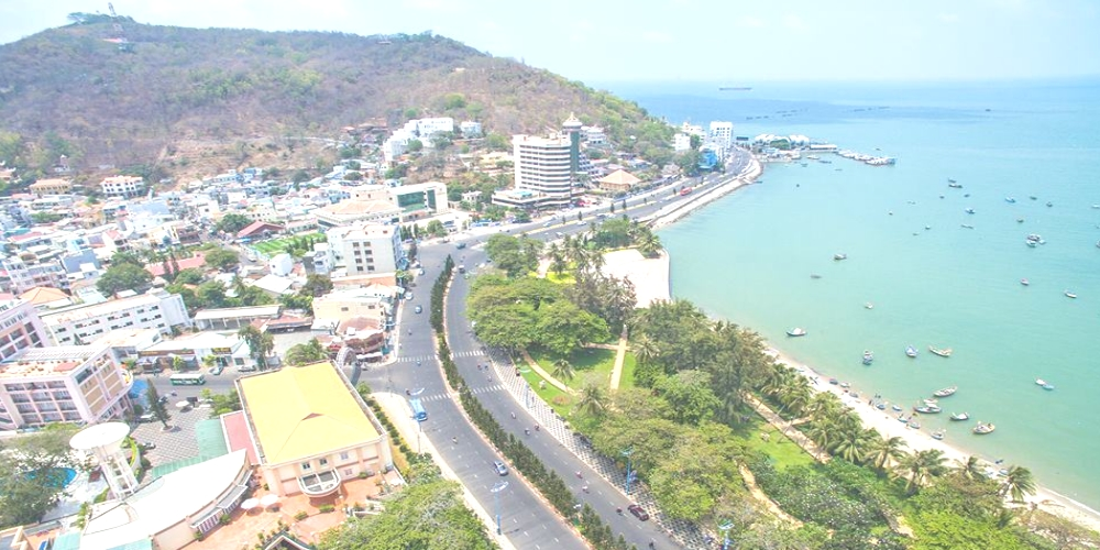 Tourists will no longer be able to have a barbeque feast on the Vung Tau beach as the coastal city is seeking a better environment for tourists. The ban on all food businesses on the beach – mostly seafood BBQ provided by local tourism cooperatives – officially comes into effect on April 26.