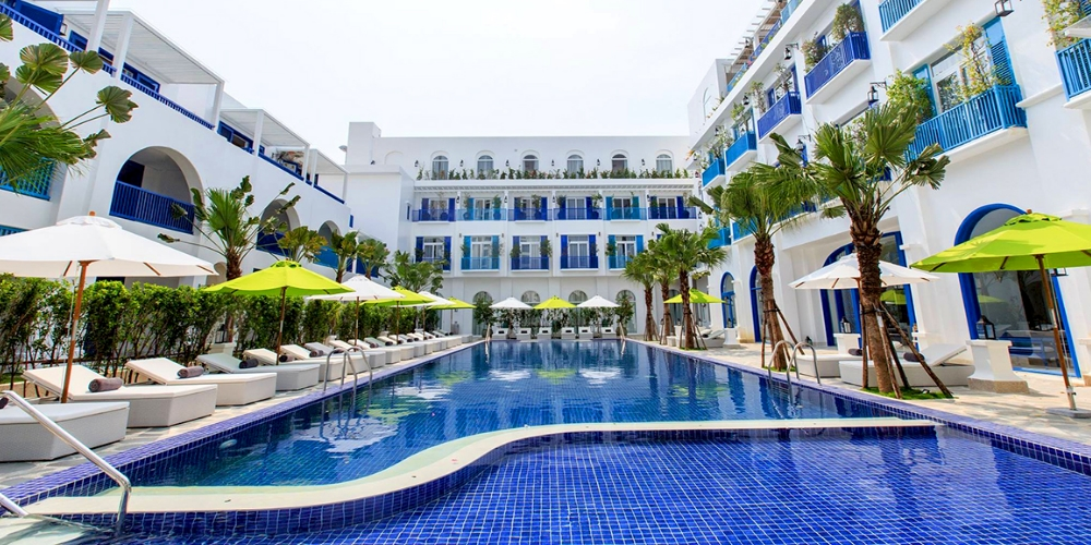 he first resort in Vietnam featuring architecture inspired by the enchanting beauty of Santorini Island in Greece, Risemount Premier Resort Danang is located just ten minutes away from Da Nang International Airport and near the city center and the dreamlike My Khe Beach. Opened in 2016, the 1,000 sq m resort officially received five-star certification from the Vietnam National Administration of Tourism (VNAT) in June.
